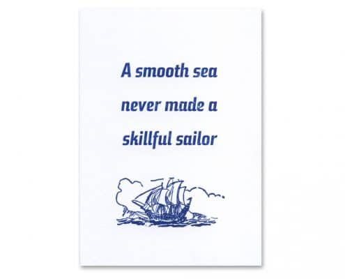 Postkarte »A smooth sea never made a skillful sailor«, Schrift Steile Futura kursiv